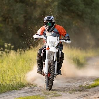 Portret stylowy mężczyzna jedzie motocykl