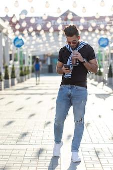 Portret stylowy młody hipster arabski mężczyzna z sokiem. urlop miejski w koncepcji weekendu.