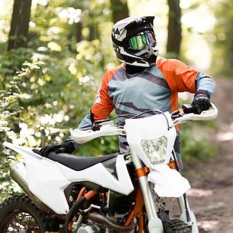 Portret stylowy motocyklista patrzeje daleko od