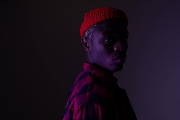 Portret stylowy przystojny amerykański murzyn w neonowym świetle