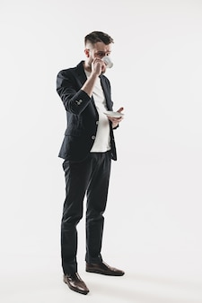 Portret stylowy przystojny młody człowiek stojący w studio.