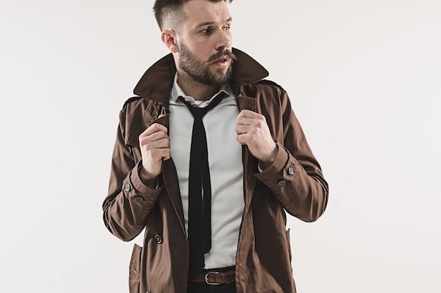 Portret stylowy przystojny młody mężczyzna