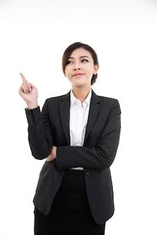 Portret sukcesu azjatykcia biznesowa kobieta w czarnym kostiumu z pointerem up
