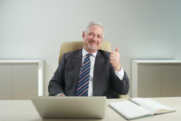 Portret sukcesy starszy biznesmen