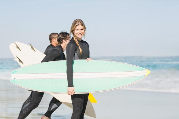 Portret surfingowiec kobieta z surfboard pozycją na plaży