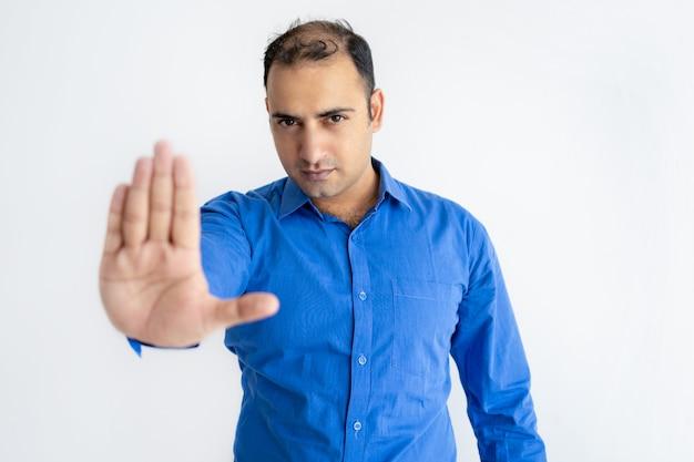 Portret surowy w połowie dorosły biznesmena seansu przerwy gest