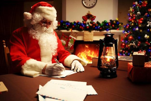 Portret świętego mikołaja, odpowiadając na listy świąteczne