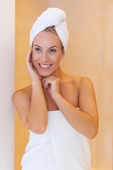 Portret świeżej kobiety po prysznicu