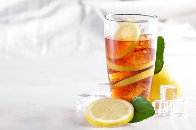 Portret świeży lód herbata cytrynowa z plasterkiem cytryny i kostką lodu