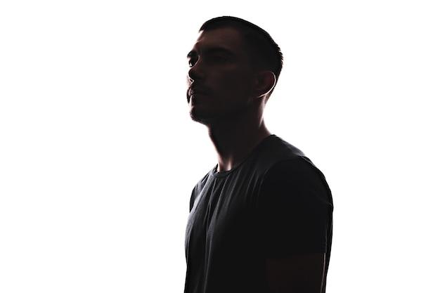 Portret sylwetka młodego człowieka europejskiego w profilu na białym tle