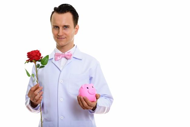 Portret szalonego lekarza młodego człowieka z piggy bank