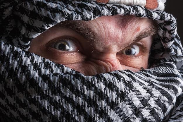 Portret szalonego mężczyzny z bliskiego wschodu, który patrzy na ciebie