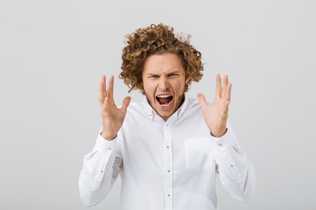 Portret szalonego młodego człowieka z kręconymi włosami