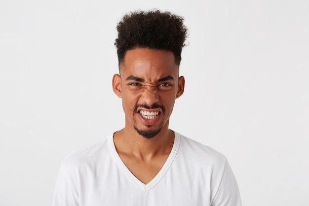 Portret szalonego, wściekłego african american młodego człowieka