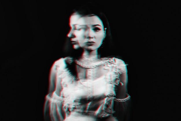 Portret szalonej dziewczyny z zaburzeniami psychicznymi i chorobami schizofrenicznymi
