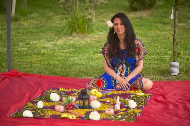 Portret szamanki w przyrodzie na wiosnę