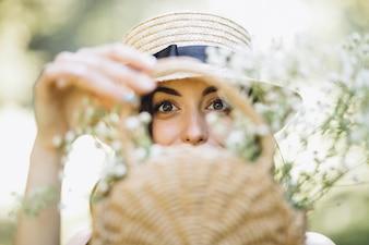 Portret szczęśliwa kobieta z kwiatu koszem