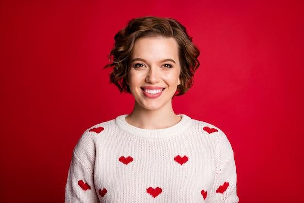 Portret szczerego kochanka słodkie dziewczyny krzyż ręce nosić stylowy modny sweter na białym tle na czerwonej ścianie
