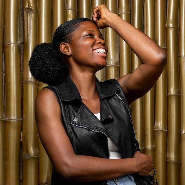 Portret szczęśliwa afrykańska kobieta, śmiejąc się