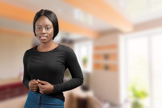 Portret szczęśliwa amerykanin afrykańskiego pochodzenia kobieta