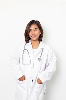 Portret szczęśliwa azjatycka kobieta lekarz odizolowywający