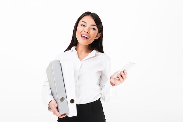 Portret szczęśliwa azjatykcia bizneswomanu mienia segregatory