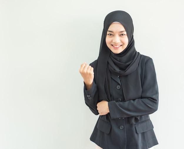 Portret szczęśliwa azjatykcia młoda kobieta z szczęśliwą twarzą i uśmiechem.