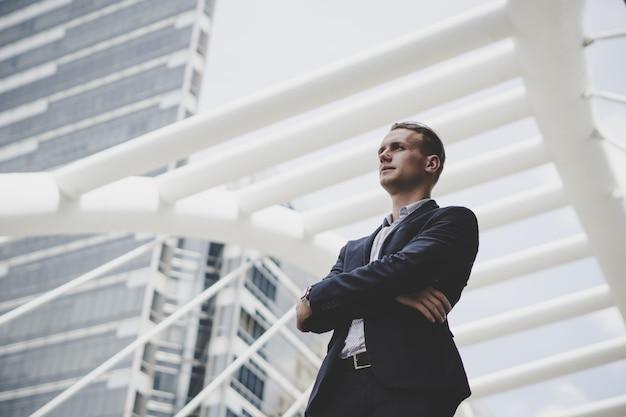 Portret szczęśliwa biznesmen pozycja na przodzie centrum biznesu.