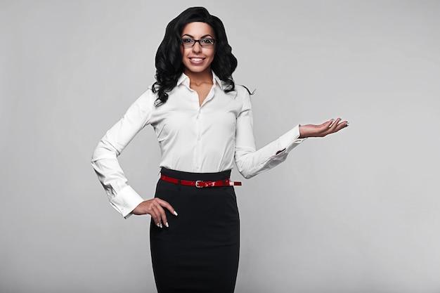 Portret szczęśliwa biznesowa kobieta w studiu