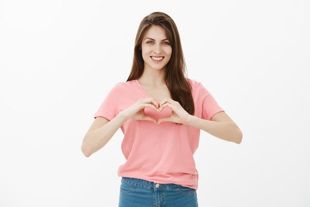 Portret szczęśliwa brunetka kobieta pozowanie w studio