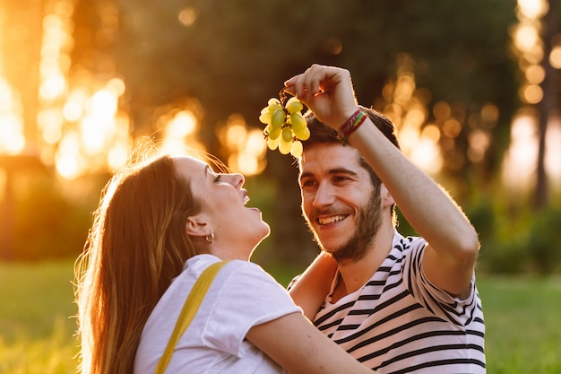 Portret szczęśliwa ciężarna para przy pinkinem.
