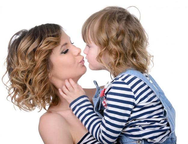 Portret szczęśliwa córka całuje momat do domu.