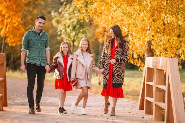 Portret szczęśliwa czteroosobowa rodzina w jesień dniu