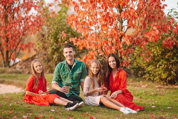 Portret szczęśliwa czteroosobowa rodzina w jesieni