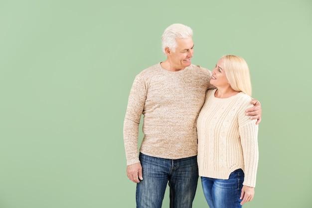 Portret szczęśliwa dojrzała para na kolorowej powierzchni