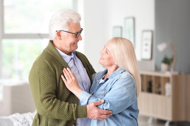 Portret szczęśliwa dojrzała para w domu