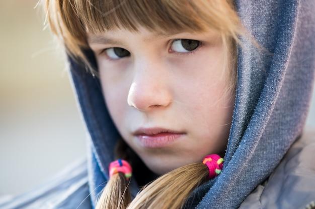Portret szczęśliwa dziecko dziewczyna w ciepłym odziewa w jesieni outdoors.