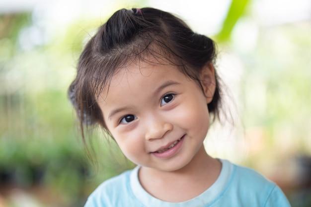 Portret Szczęśliwa Dziewczyna Azji. Premium Zdjęcia