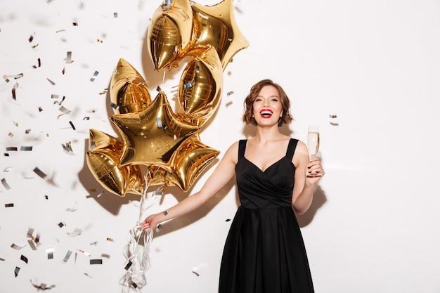 Portret szczęśliwa dziewczyna ubrana w czarną sukienkę