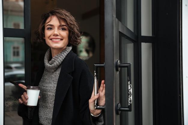 Portret szczęśliwa dziewczyna ubrana w jesienne ubrania