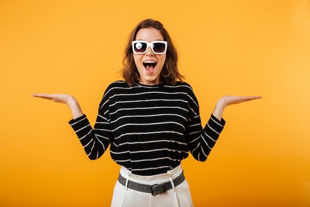 Portret szczęśliwa dziewczyna w okularach przeciwsłonecznych