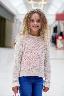 Portret szczęśliwa dziewczyny pozycja w korytarzu