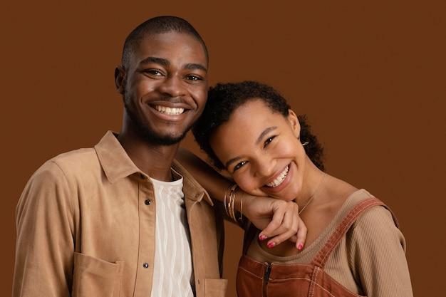 Portret szczęśliwa i uśmiechnięta para