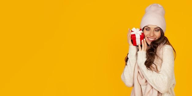 Portret Szczęśliwa Kobieta Cieszy Się Pudełko Premium Zdjęcia