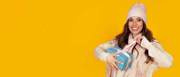 Portret szczęśliwa kobieta cieszy się pudełko