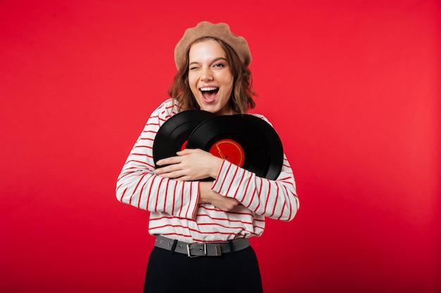 Portret szczęśliwa kobieta jest ubranym beret