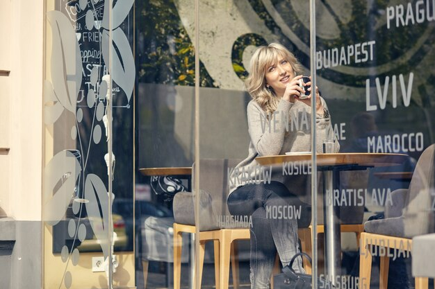 Portret szczęśliwą kobietą, myśląc i patrząc na śniadanie na wakacjach