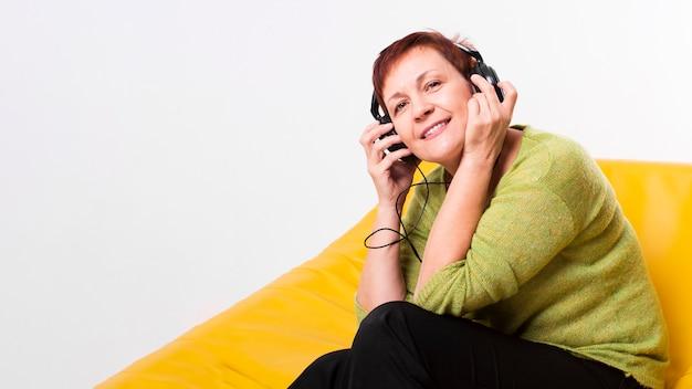 Portret szczęśliwa kobieta słucha muzyka