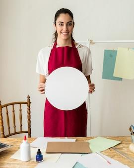 Portret szczęśliwa kobieta trzyma białego kurenda papier