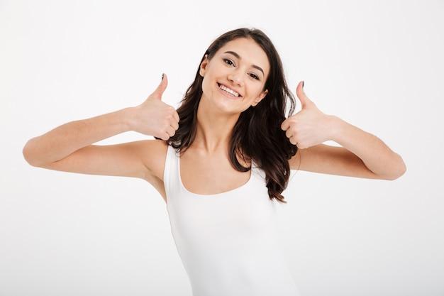 Portret szczęśliwa kobieta ubrana w podkoszulek
